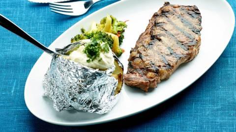 Ribeye-pihvit ja uuniperunat grillistä