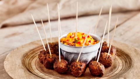 Curry-lohipyörykät ja mangosalsa