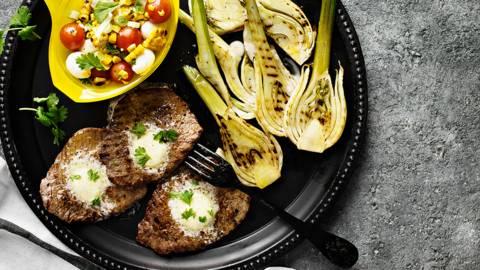 Lehtipihvit maustevoilla, grillifenkolit ja maissi-mozzarellasalaatti