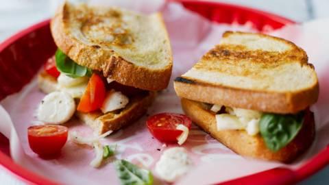Tomaatti-mozzarella-fenkoli bruschetta