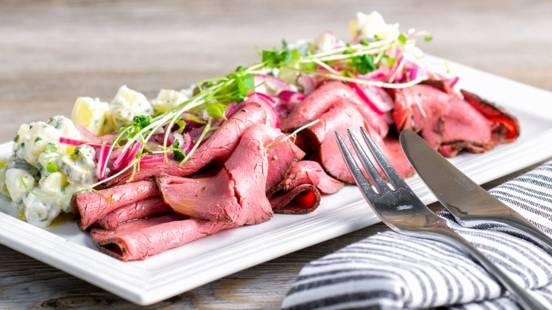 Paahtopaistia ja dijon-vinaigrettellä maustettua perunasalaattia