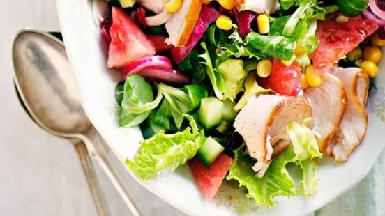 Savukalkkunasalaatti ja pikamarinoidut punasipulit
