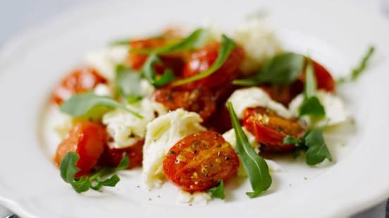Lämpöinen tomaatti-mozzarellasalaatti