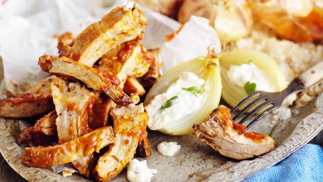 Ribsit, merisuolasipulit ja homejuustokastike