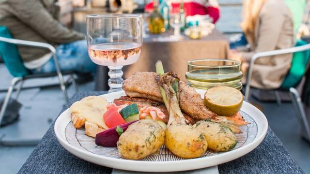 Paistettua kalaa, anjovisperunoita ja kalamiehen salaattia
