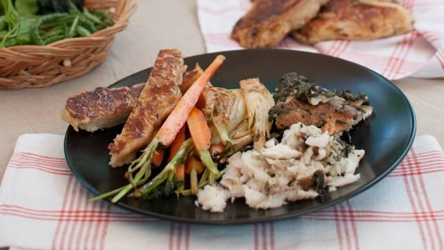 Savulahnaa, piimäleipää ja kasviksia muurikalla.