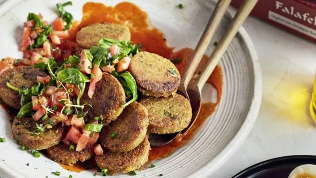 Piyaz-papusalaattia, falafeleja ja samettista tomaattikastiketta