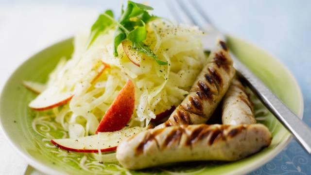 Kaali-omena-fetasalaatti ja bratwursteja