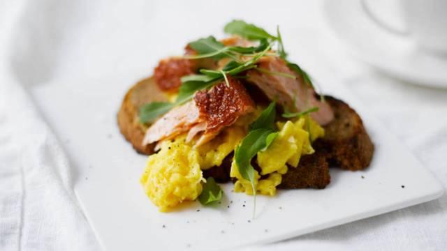 Savustettua nieriää, munakokkelia ja paahdettua maalaisleipää