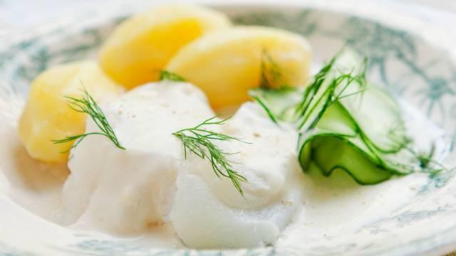 Lipeäkalaa, perunoita ja lämpimiä mummonkurkkuja