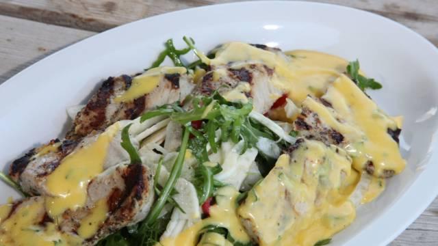 Valkosipulimaustettu porsaan ulkofileepihvi, mausteinen vihreä salaatti ja béarnaisekastiketta