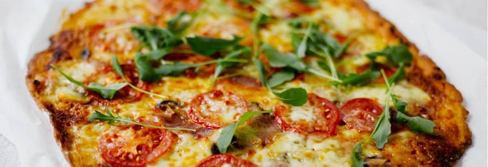 Pizza ilmakuivatulla kinkulla, minimozzarellalla ja rucolalla