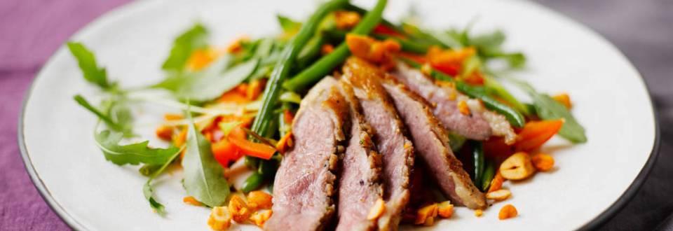 Hunaja-glaseerattua ankan rintafileetä ja wokattuja vihanneksia