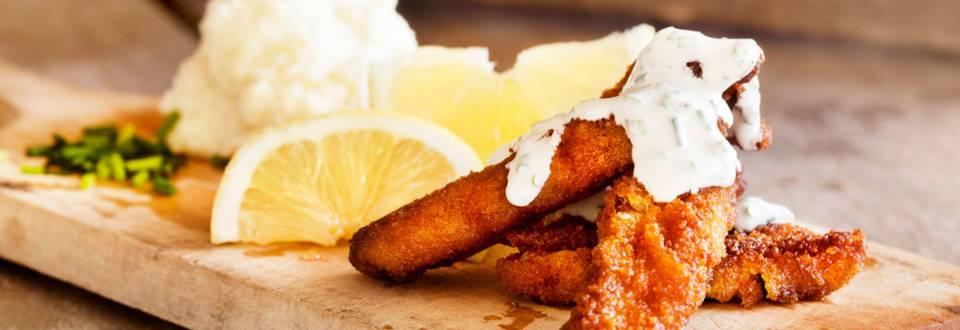 Rapeat kalapuikot, kukkakaalimuusi ja mätitahna-ranskankermakastike