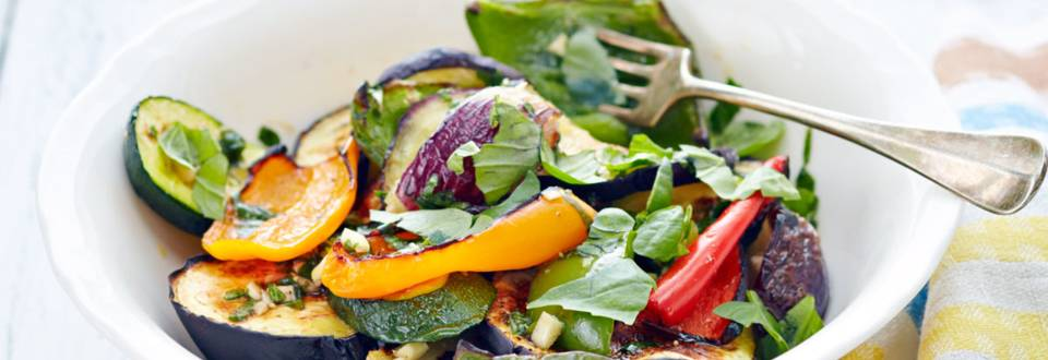 Grillatut basilikalla maustetut kasvikset