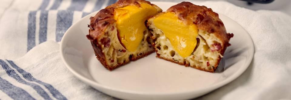 Suolaiset pekoni-juustomuffinssit