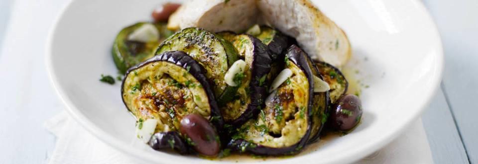 Broileria ja marinoitua munakoisoa ja kesäkurpitsaa kreikkalaisittain