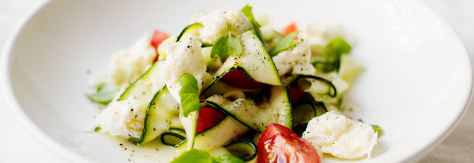 Kesäkurpitsa-tomaatti-mozzarellasalaatti