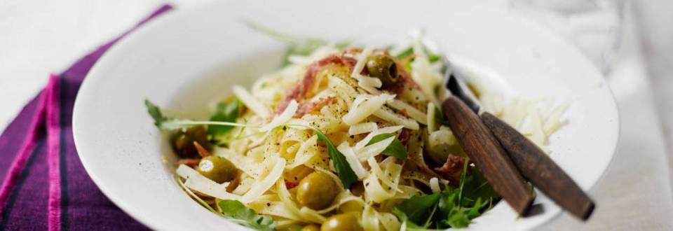 Nopea salami-oliivipasta