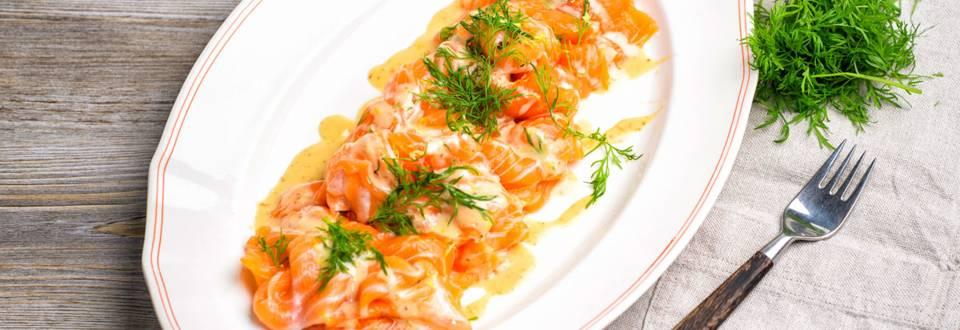 Akvaviitillä, sitruunalla ja tillillä marinoitua graavilohta sekä sinappimajoneesia