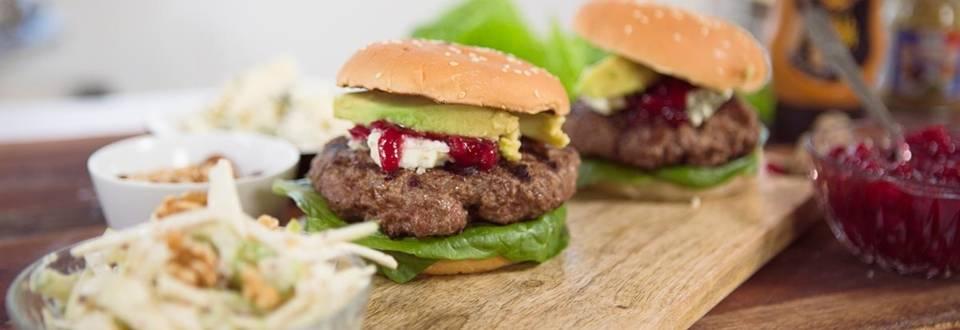 Meri-Tuulin Avocado-sinihomejuustoburger waldorfinsalaatilla