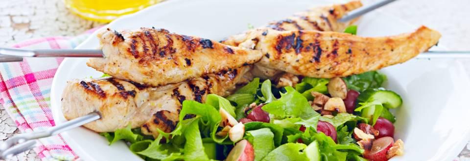 Sitruunaiset broilerivartaat ja pähkinäinen salaatti