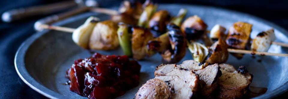 Possua, grillattua luumuchutneya ja herkkusieni-kevätsipulivarras