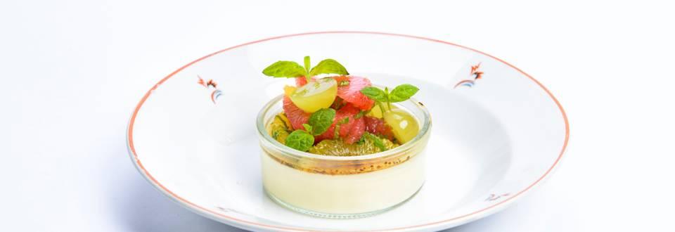 Lämmin hedelmäsalaatti ja jogurttimousse