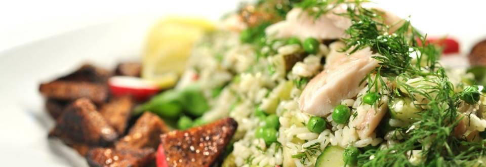 Savusiika-riisisalaatti ja saaristolaisleipäkrutonkeja